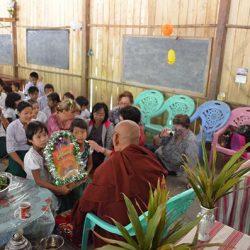 Cerimonia di inaugurazione - Doni al monaco